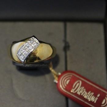 Anello Damiani oro e diamante ct.0,11